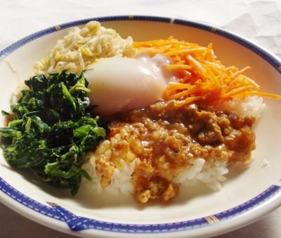 半熟卵入りビビンバ丼の調理